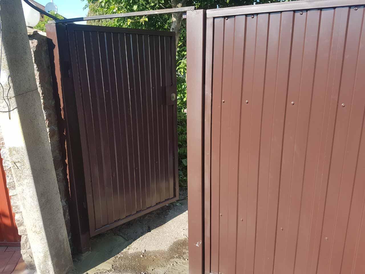 Ворота из профнастила для дачи с калиткой - вид спереди 08.06.19