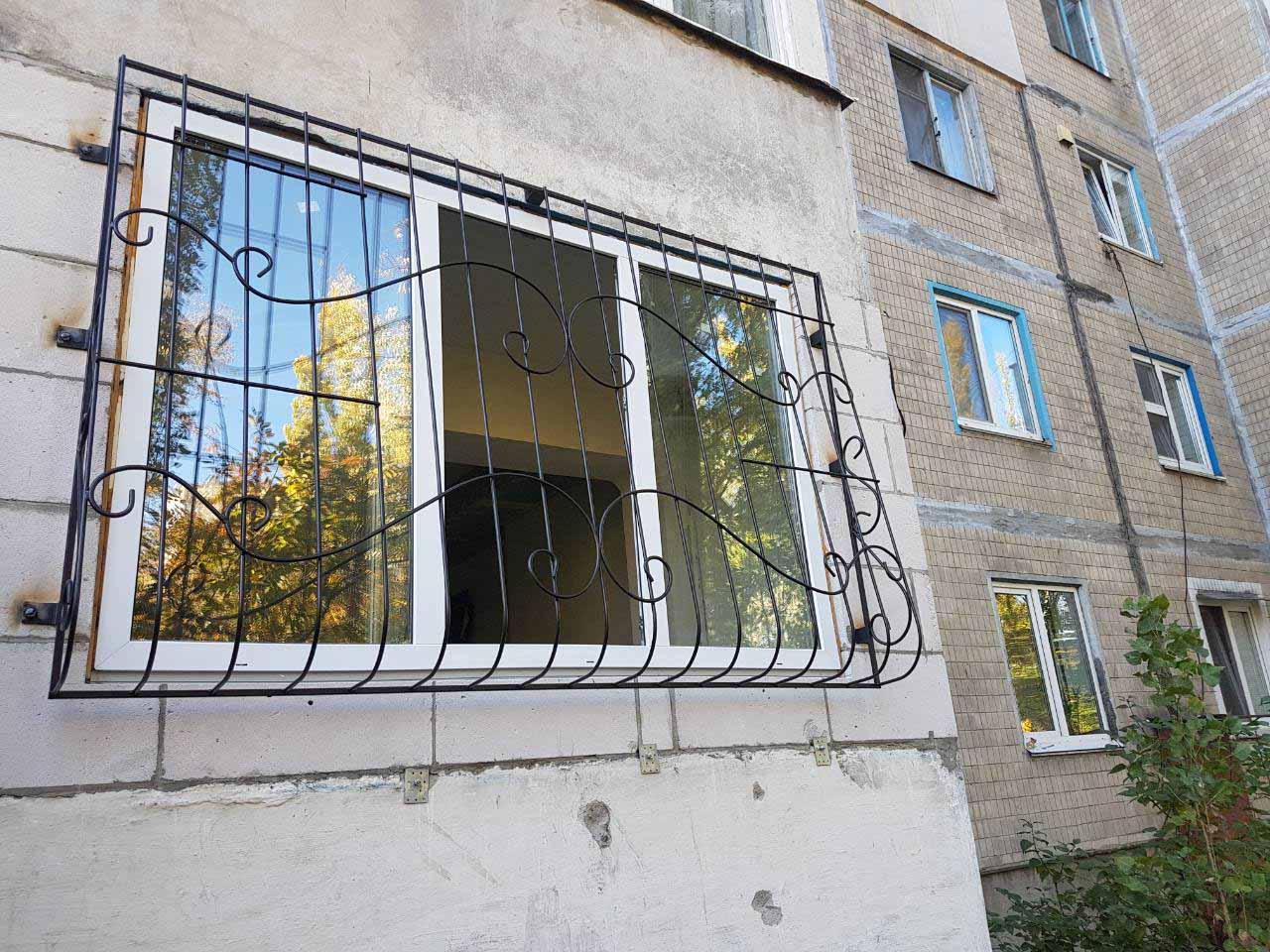Луковичная решетка на окно о улице Милютенко