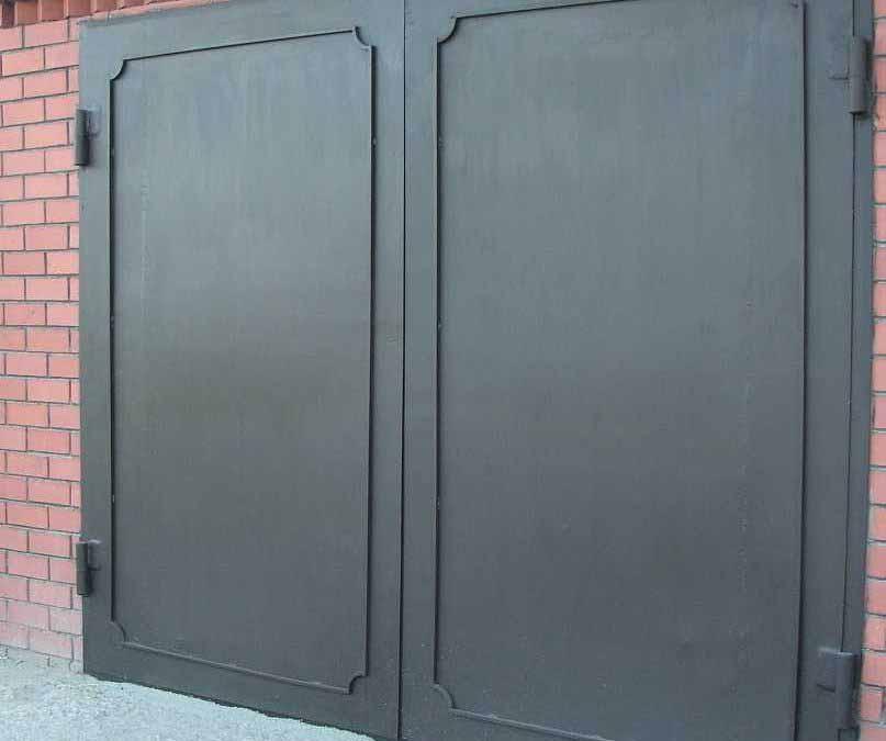 Металлические ворота для гаража с ковкой