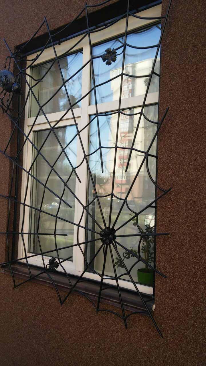 Решетка на окно в форме паутинки