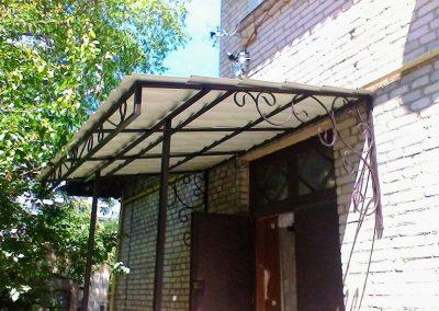Козырек над входом в подъезд многоэтажного дома от 06.07.20 (артикул 06.07.20)