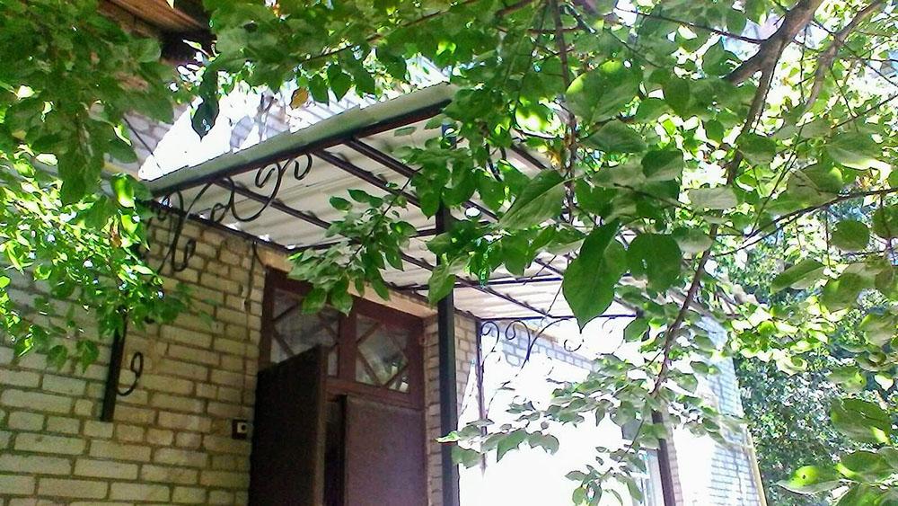 Козырек над входом в подъезд многоэтажного дома от 06.07.20 (артикул 06.07.20)-2