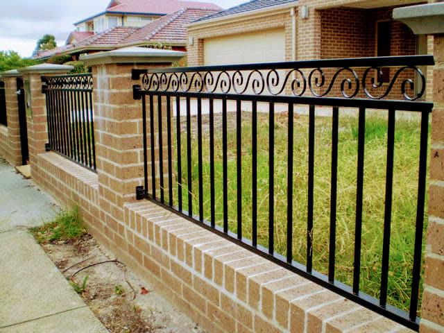 Металлический забор для загородного дома