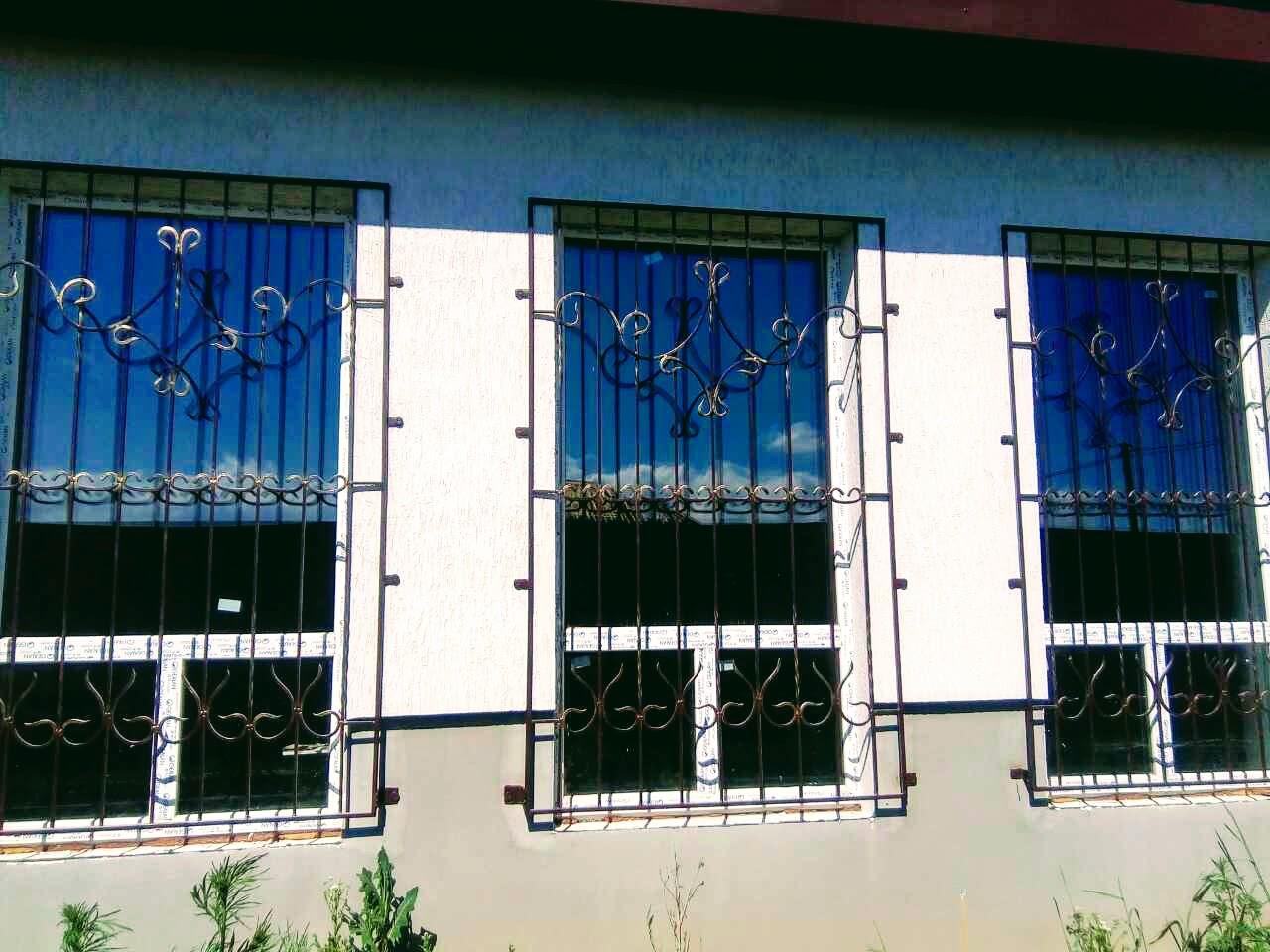 Металлические охранные решетки на окна