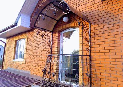 Французский балкончик для частного дома с навесом от 29.10.20 (артикул 291020)