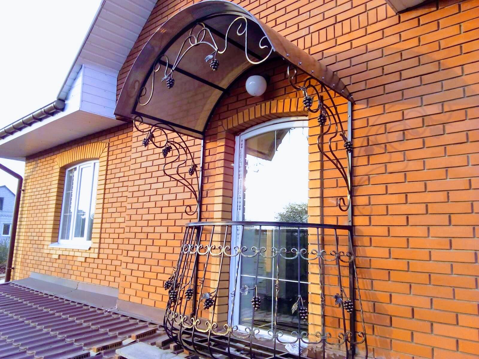 Французский балкончик для частного дома с навесом -2