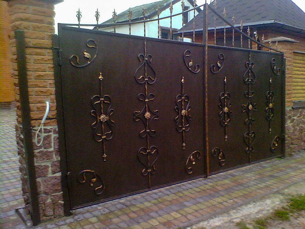 Металлические садовые ворота с коваными элементами