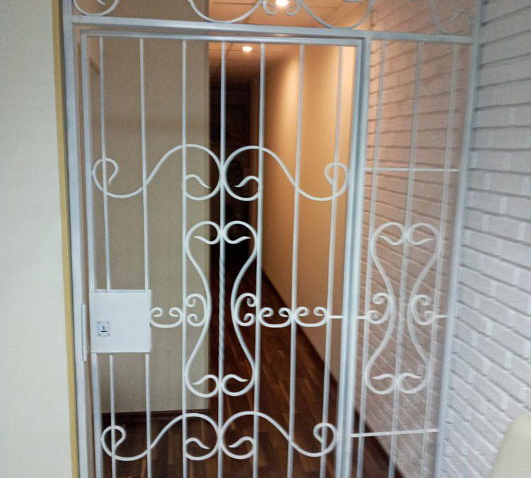 Белые двери решетка для салона лазерной эпиляции от 04.01.21 (артикул 040121)