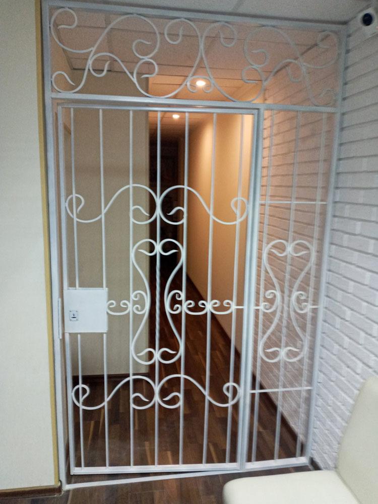 Белые двери решетка для салона лазерной эпиляции