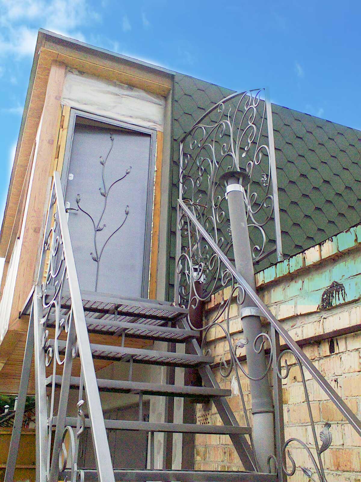 Металлическая лестница, перила и входная дверь с ковкой от 17.03.21 (артикул 170321)