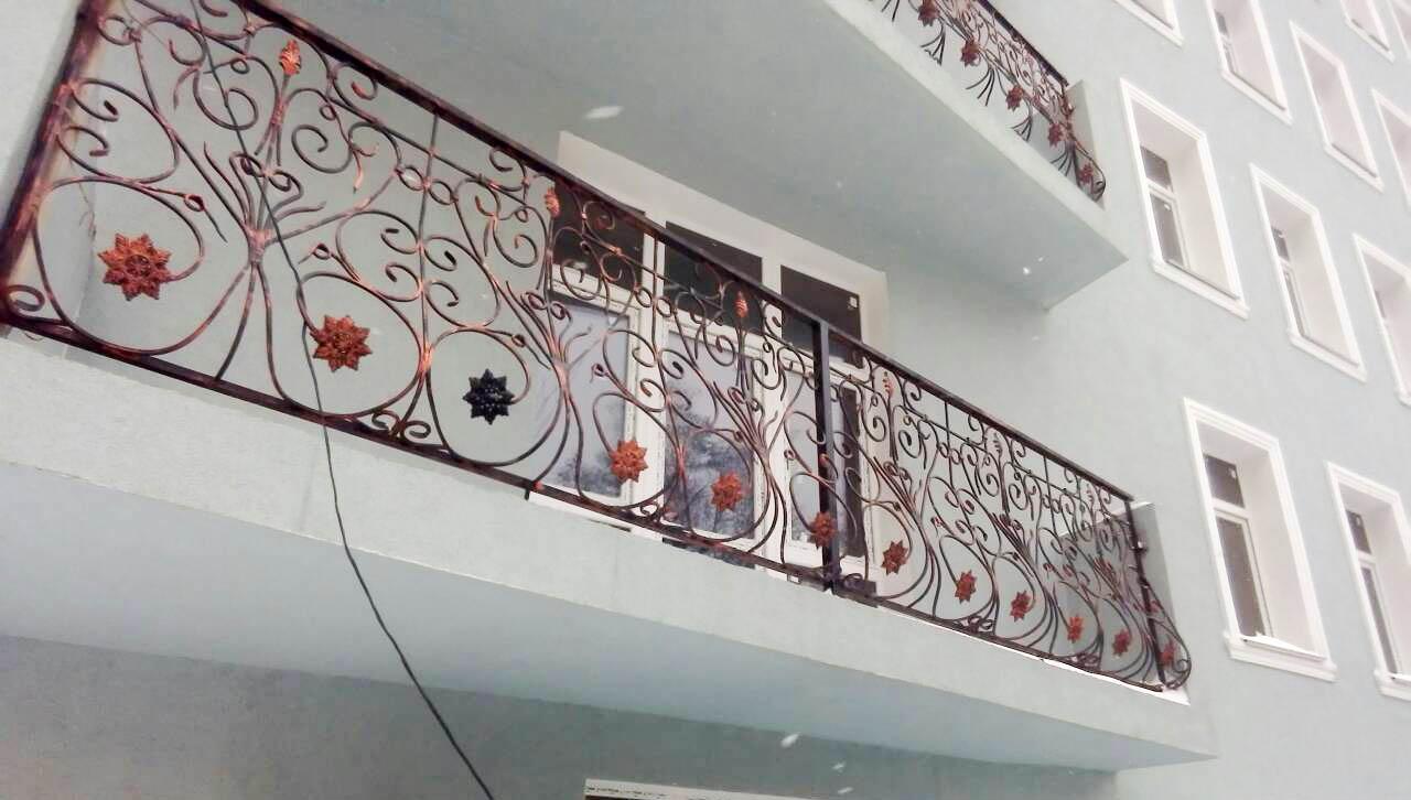 balkon-s-xudozhestvennymi-kovannymi-perilami-ot-17-04-21-artikul-170421