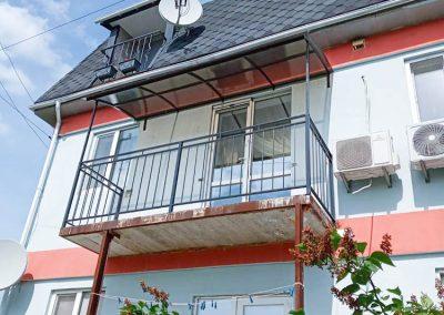 Установка металлической решетки под балкон от 12.06.21 (артикул 120621)
