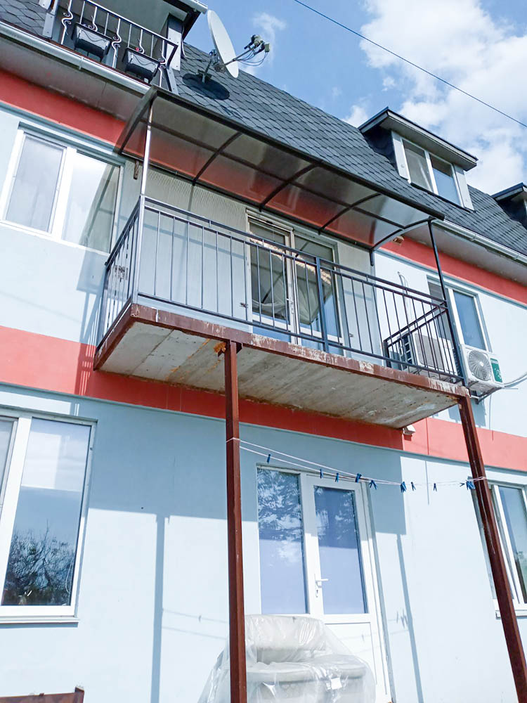установка металлической решетки под балкон