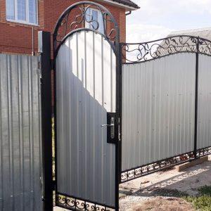 Белые металлические ворота с коваными элементами